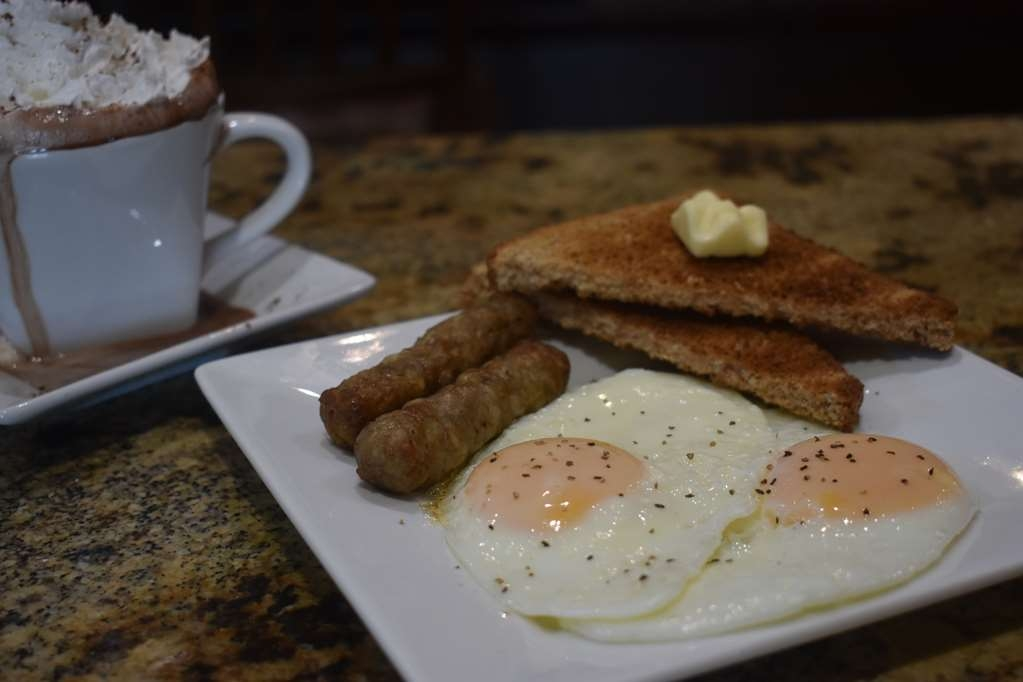 Best Western Driftwood Inn - Sausage and fried eggs for a classic breakfast
