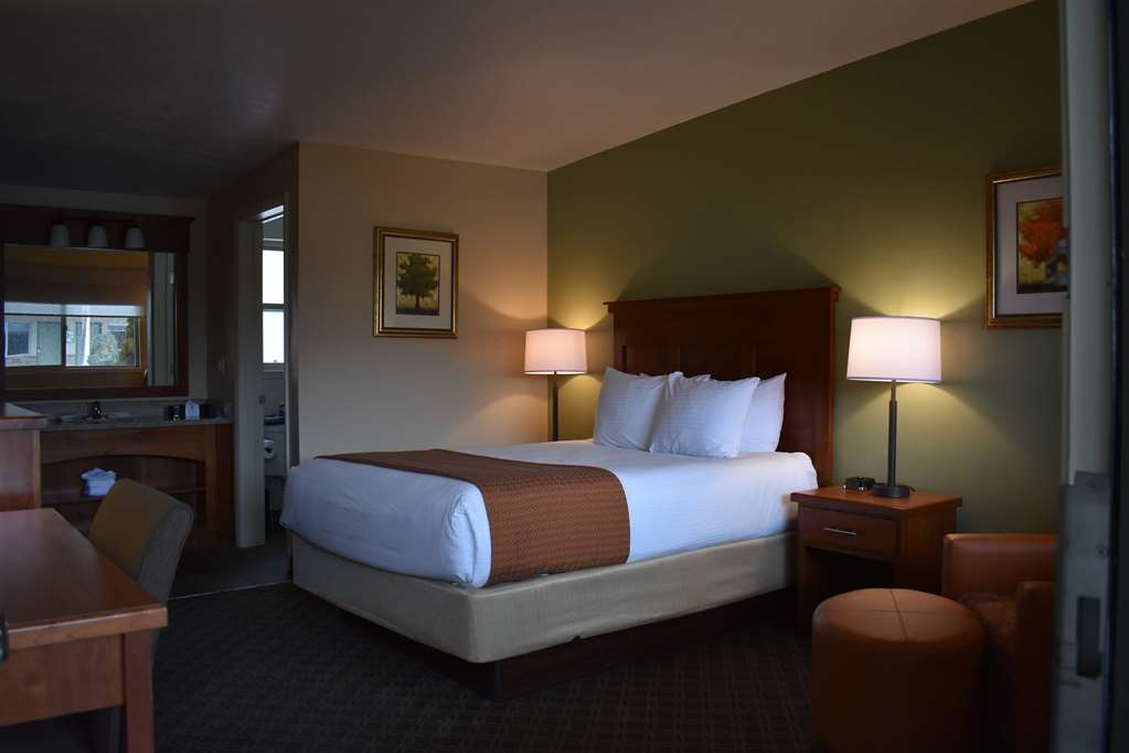 Best Western Driftwood Inn - With parking close to your door our courtyard rooms are perfect for relaxing.