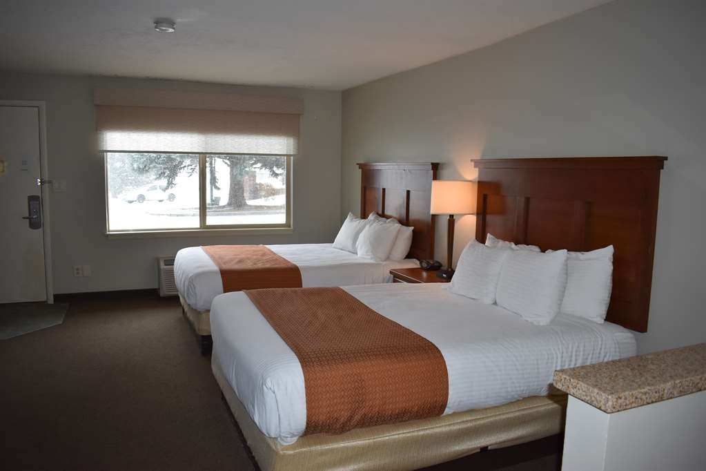 Best Western Driftwood Inn - Relax with your family in this two bedroom suite. Suite has three queen beds and a full kitchen.