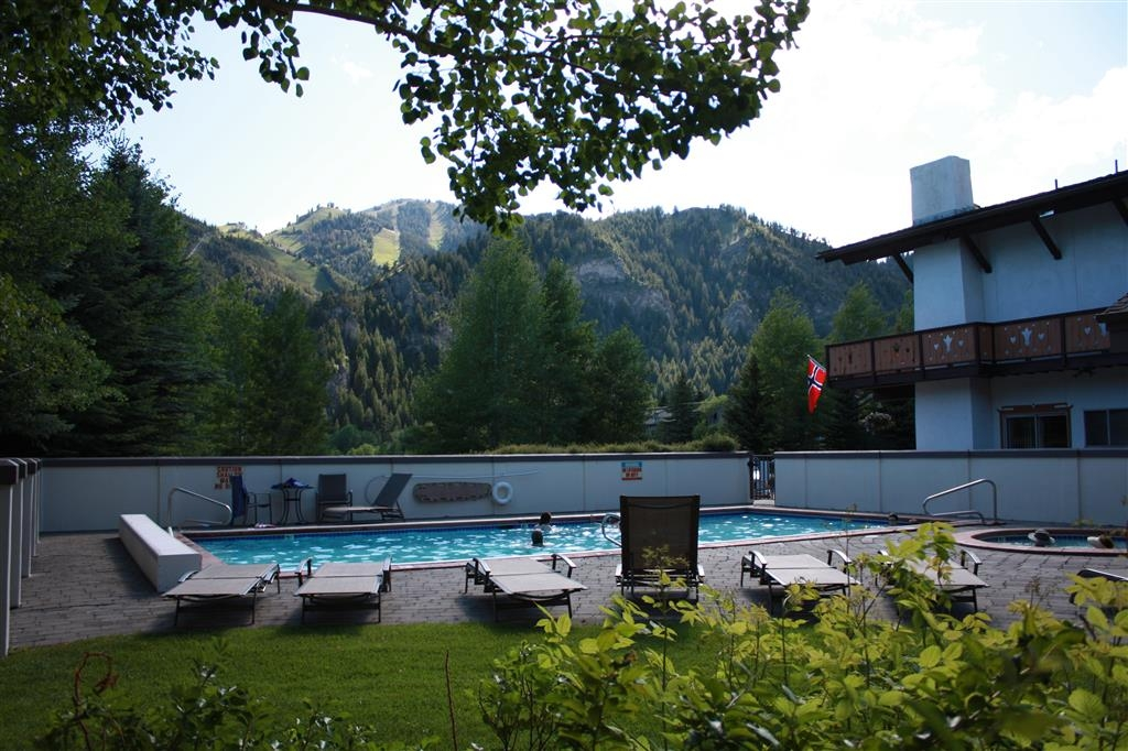 Best Western Tyrolean Lodge - Pool and Hot Tub Area