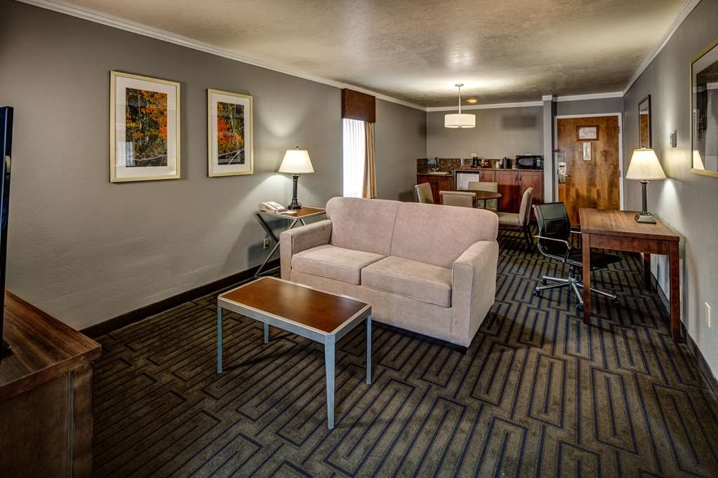 Best Western Pocatello Inn - Need a larger suite? The Presidential is the one for you. It has a living room, bedroom and bath.
