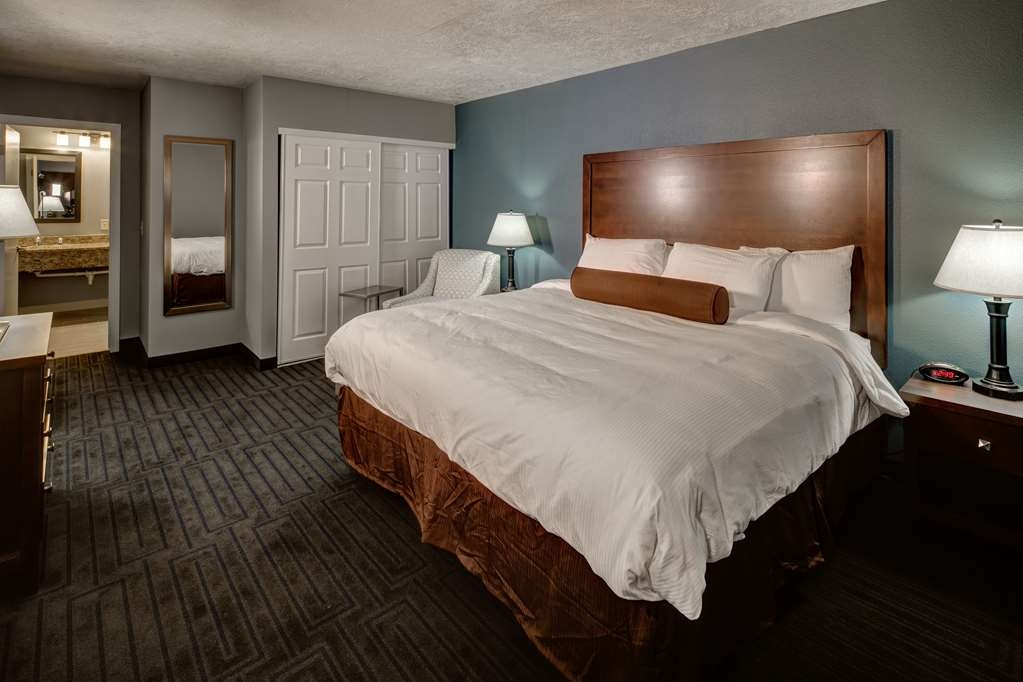 Best Western Pocatello Inn - A beautiful bedroom with a king sized bed. It is perfect with the large living room and bath.