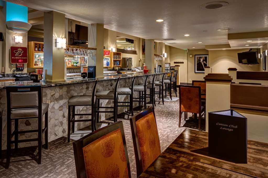 Best Western Pocatello Inn - After a long drive and you are settled in your room, visit our lounge. We serve amazing drinks and different food.