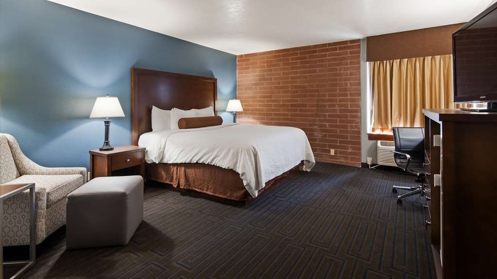 Best Western Pocatello Inn - Come and relax in this Executive suite which includes a king bed and large bathroom with both a walk-in shower and tub.