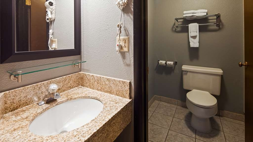Best Western Pocatello Inn - Two Queen bed bathroom