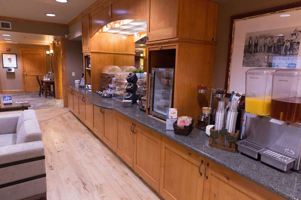 Best Western Northwest Lodge - The relaxing atmosphere of our breakfast area is a perfect location to start the day.