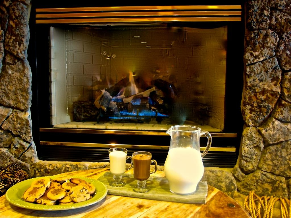 Best Western Northwest Lodge - Complimentary cookies and milk is served nightly from 8:00pm - 9:00pm.