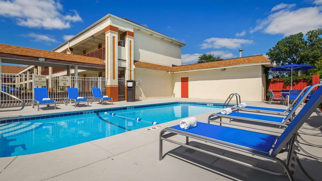 Best Western Inn of St. Charles - Vista de la piscina