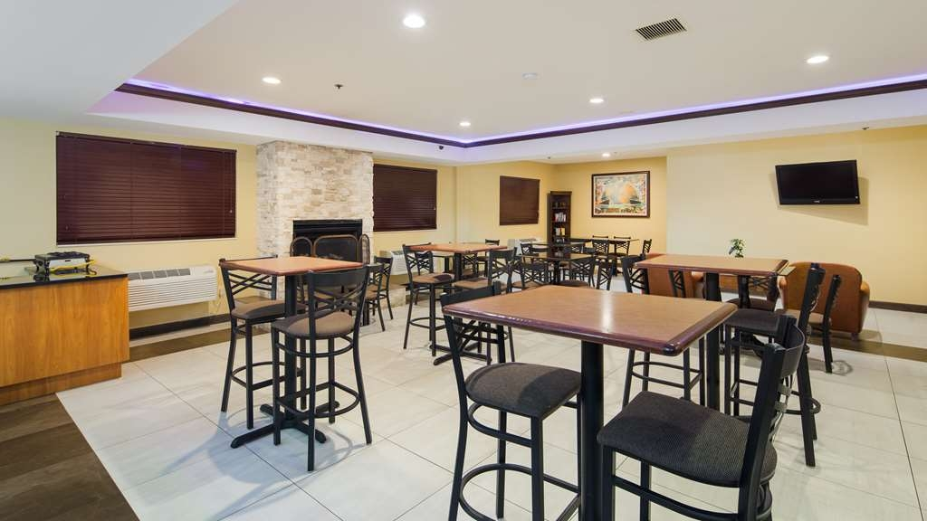 Best Western Plus Oakbrook Inn - Enjoy the most important meal of the day in our breakfast area.