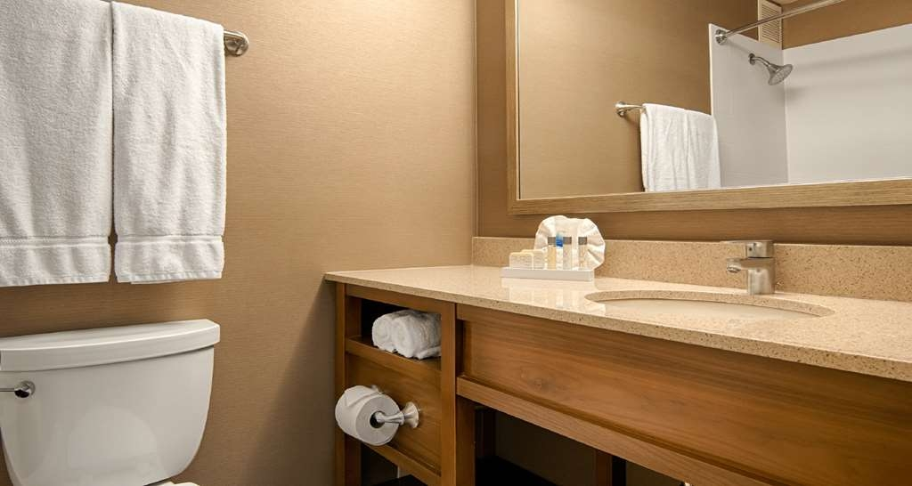 Best Western Grant Park Hotel - Our modern, newly renovated bathrooms provide all the comforts of home.