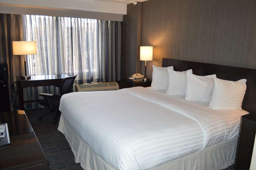 Best Western Grant Park Hotel - Newly renovated guest room with a king size bed.
