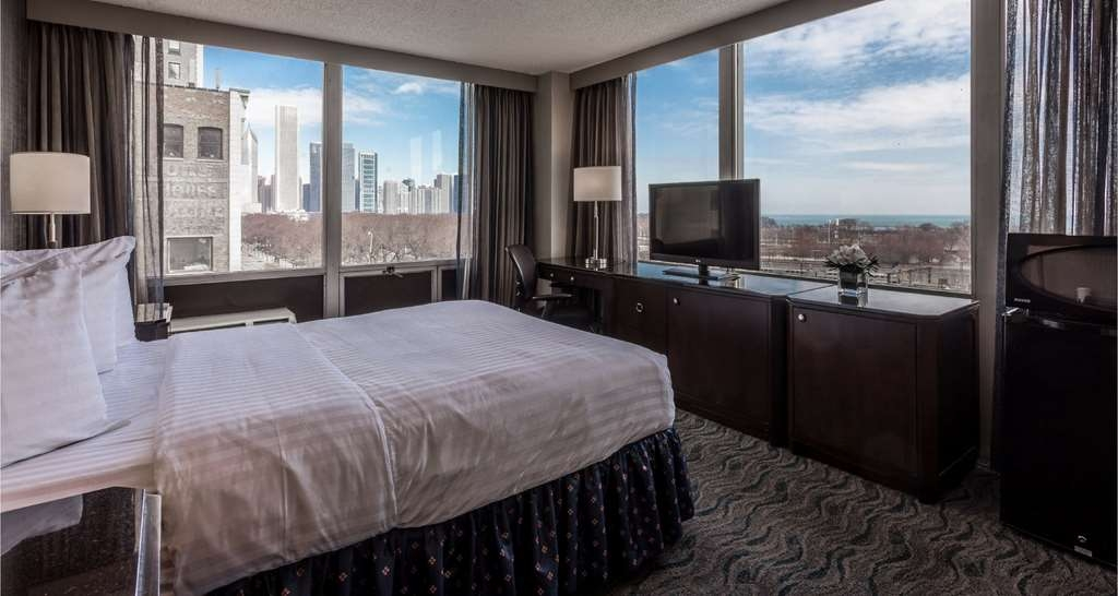 Best Western Grant Park Hotel - Yes, that is the view from our Lake View, queen size rooms. Unrivaled views of Lake Michigan and Grant Park. You can even Navy Pier!