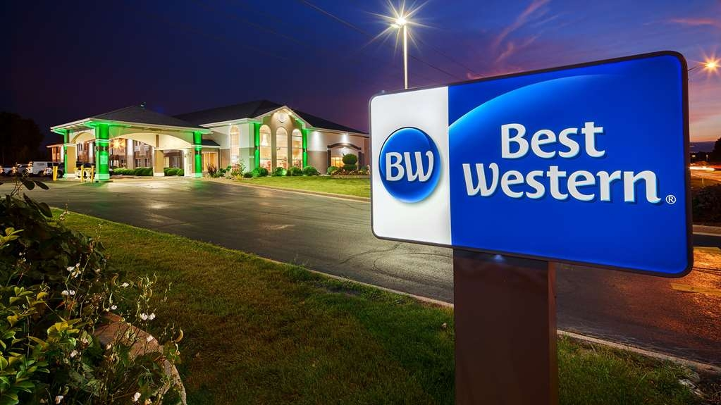 Best Western Airport Inn - The newly renovated BEST WESTERN Airport Inn in Moline is conveniently located minutes from Moline Airport and South Park Mall.