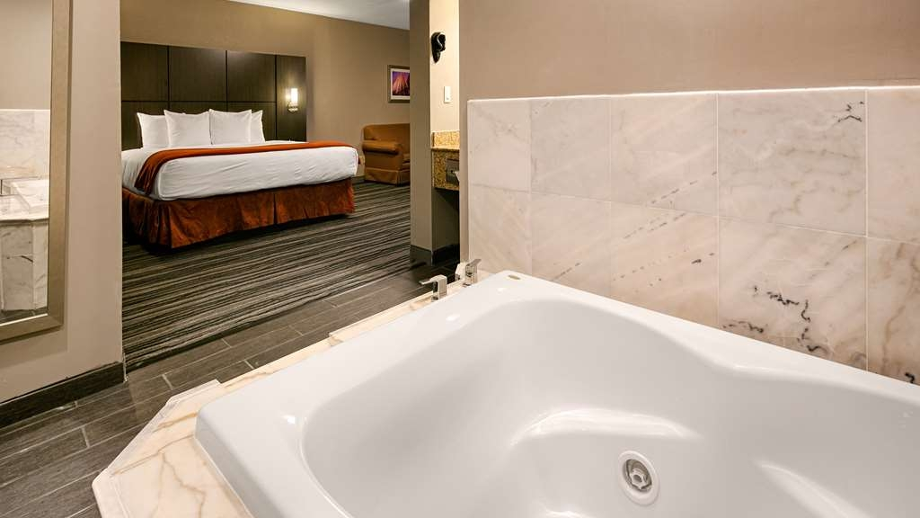 Best Western Riverside Inn - Upgrade yourself to our Jacuzzi suite for added comfort during your stay.