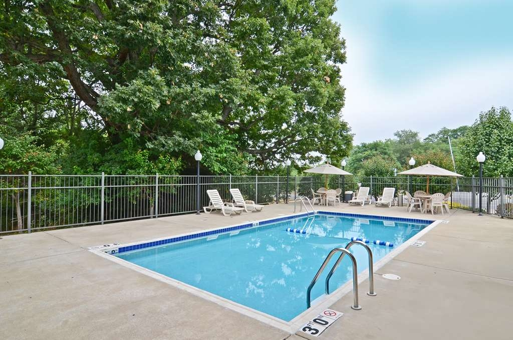 Best Western Riverside Inn - Whether you want to relax poolside or take a dip, our seasonal outdoor pool area is the perfect place to unwind.