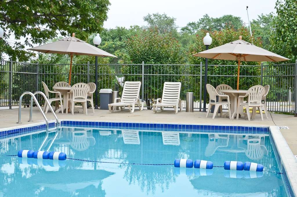 Best Western Riverside Inn - Splash around and have fun with the family in our seasonal outdoor pool for endless hours of fun.