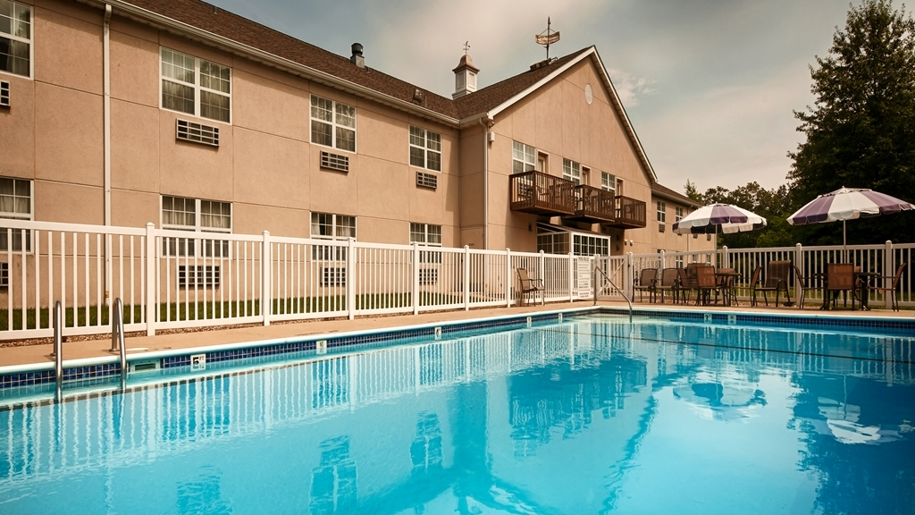 Best Western Chester Hotel - Splash around and have fun with the family in our outdoor pool for endless hours of fun.
