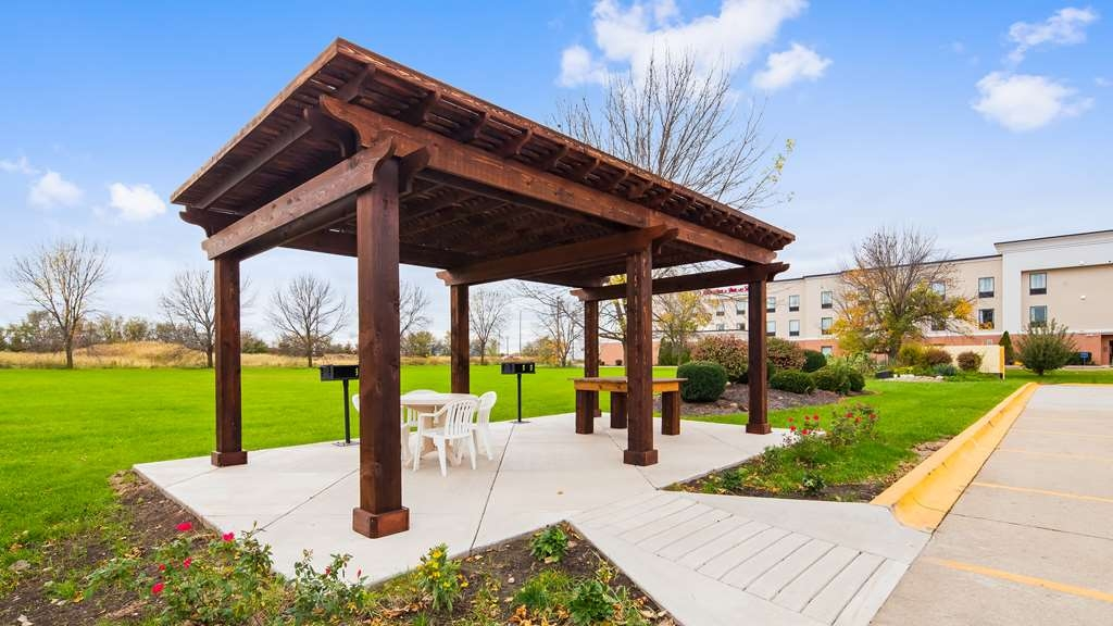 Best Western Regency Inn - Spend an afternoon or evening grilling out with your loved ones in our outdoor gazebo area.