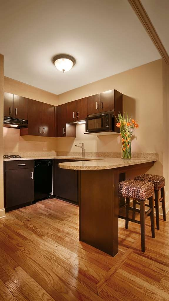Best Western Plus Hawthorne Terrace Hotel - Make yourself completely at home in our king suite complete with kitchenette.