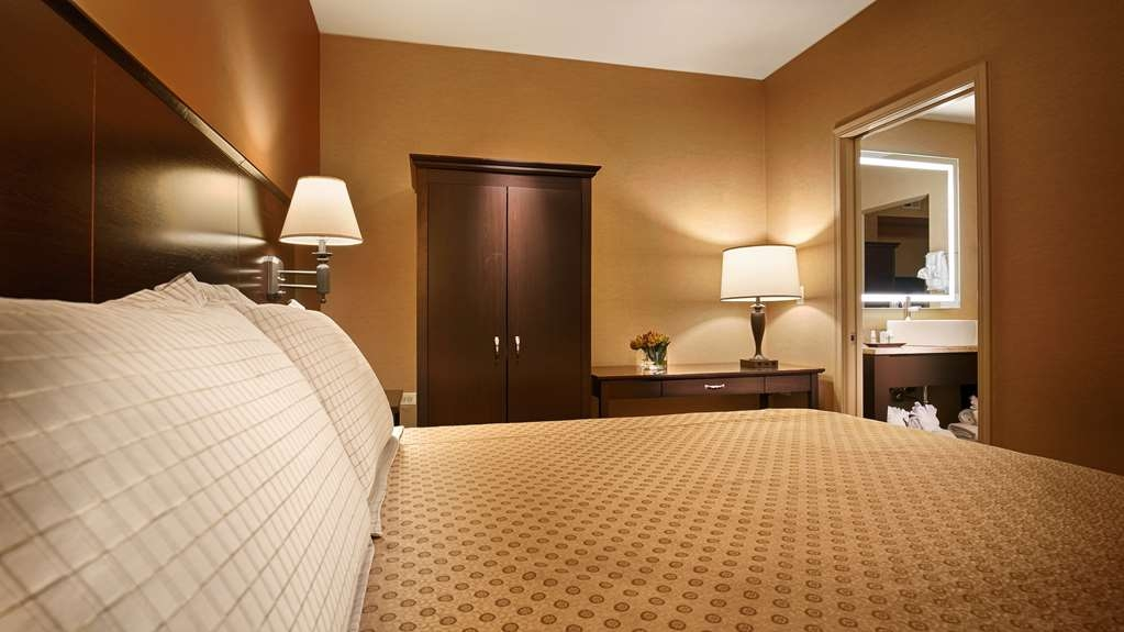 Best Western Plus Hawthorne Terrace Hotel - We offer a variety of single bedrooms from standard kings to mobility accessible to standard queen rooms.