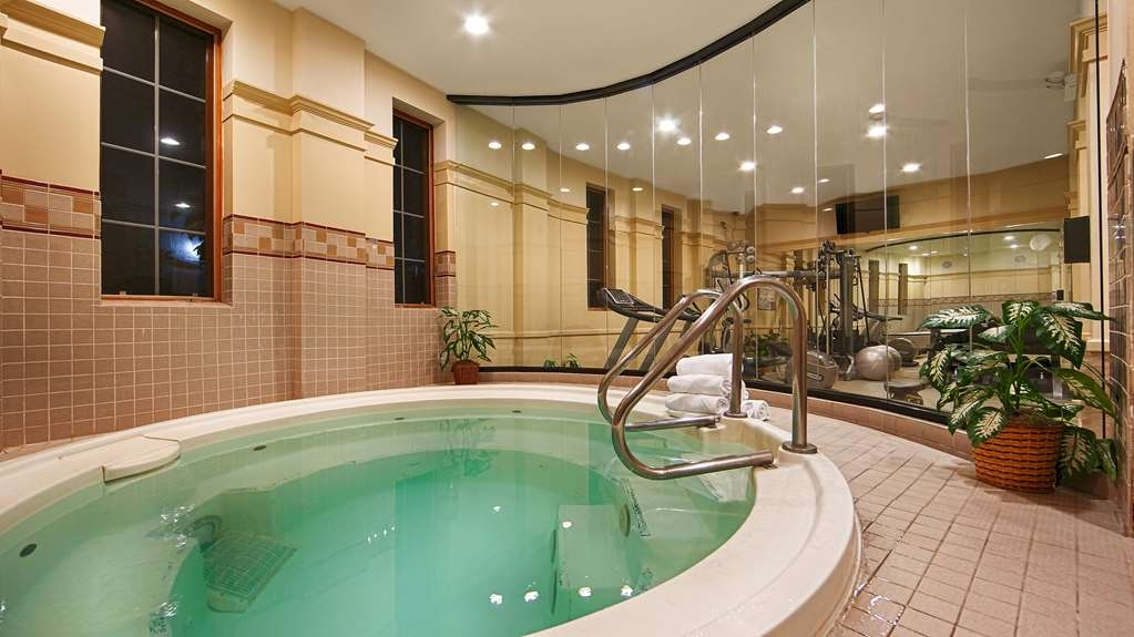 Best Western Plus Hawthorne Terrace Hotel - Enjoy the hot tub in our fitness center or a visit to the dry sauna.