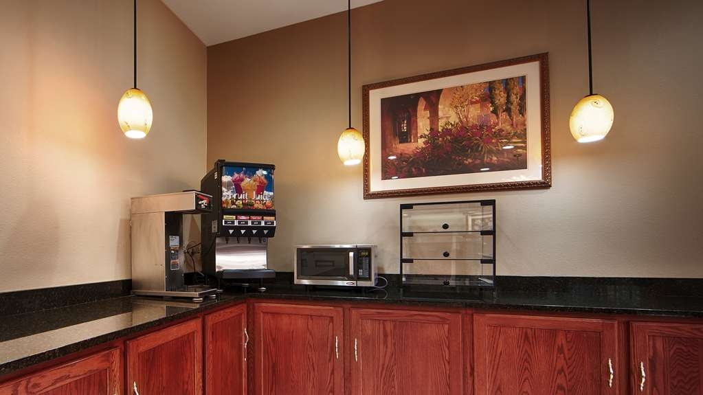 Best Western Clearlake Plaza - Sit down and enjoy the morning news while sipping a delicious cup of coffee.