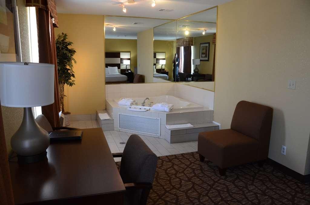 Best Western Joliet Inn & Suites - Whirlpool Suite – Heart-Shaped Hot Tub