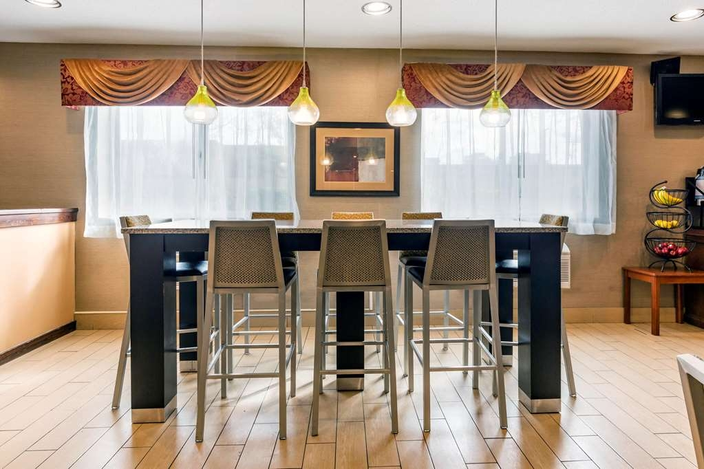 Best Western Des Plaines Inn - Sit down and enjoy the morning news while sipping a delicious cup of coffee.