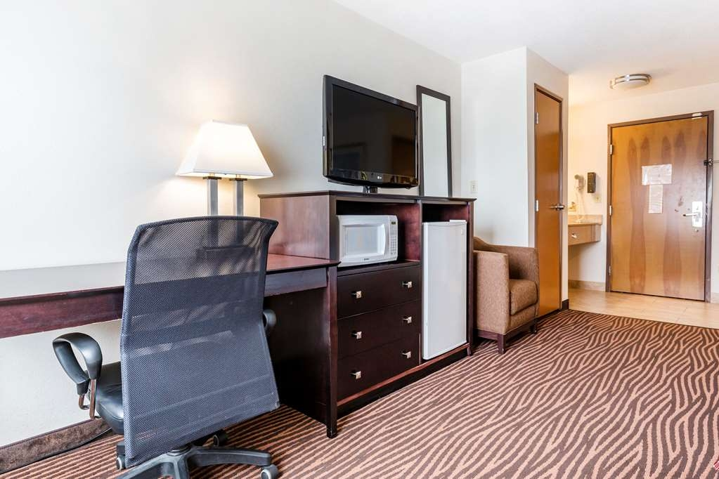 Best Western Des Plaines Inn - Make yourself at home in our King Guest Room with sofa bed.