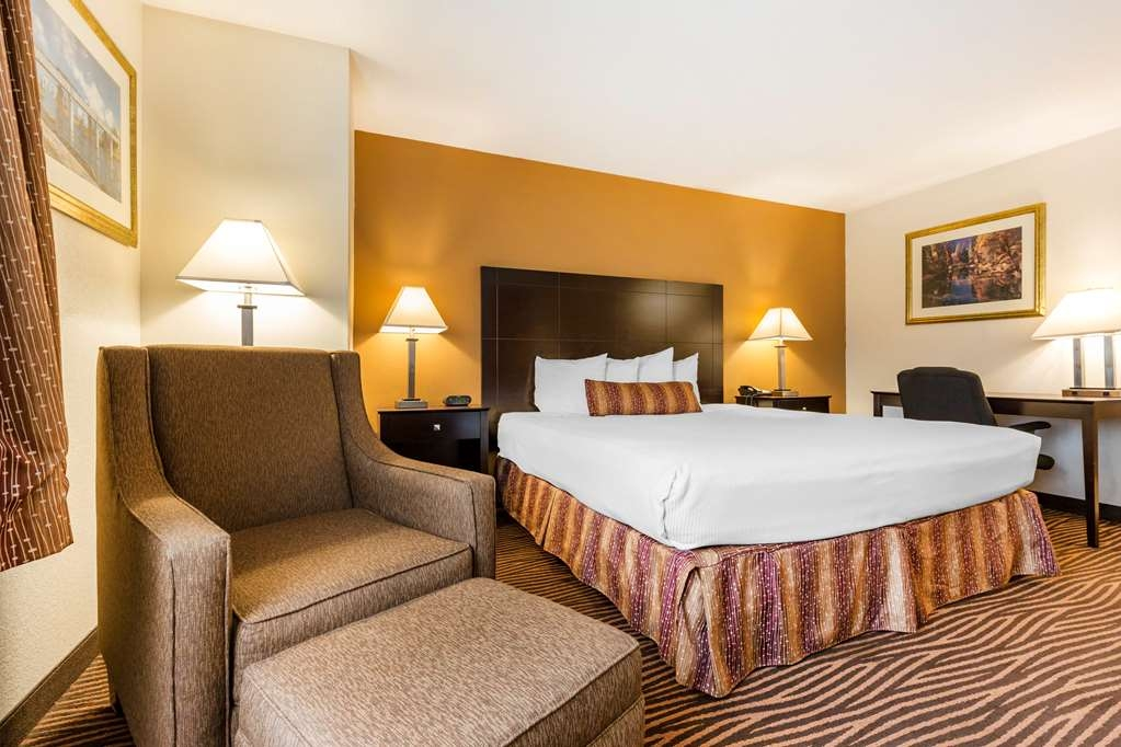 Best Western Des Plaines Inn - Sink into our comfortable beds each night and wake up feeling completely refreshed.