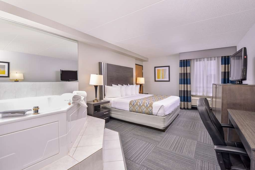 Best Western Naperville Inn - Upgrade yourself to our King Guest Room with whirlpool for added comfort during your stay.