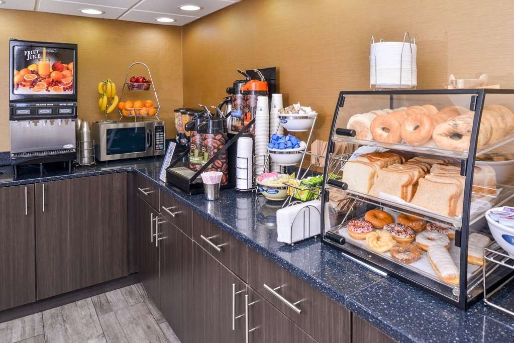 Best Western Naperville Inn - Enjoy a balanced and delicious breakfast with options for everyone.