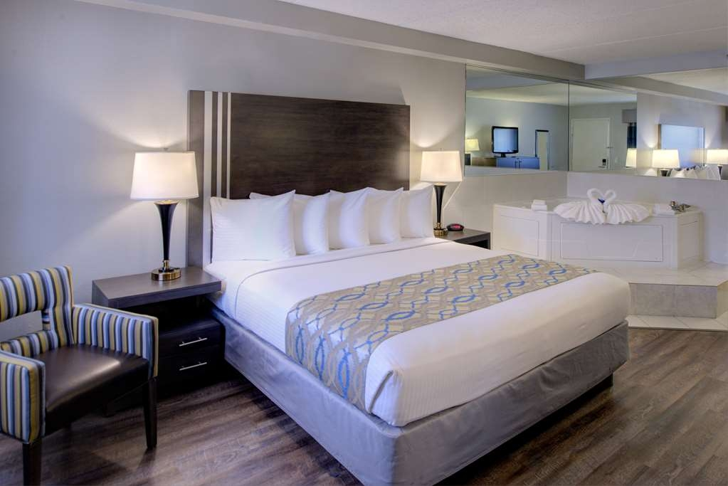 Best Western Naperville Inn - Your comfort is our first priority. In our King Guest Room with whirlpool, you will find that and much more.