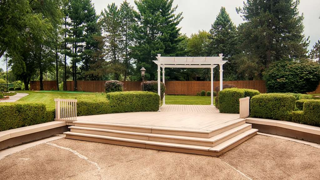 Best Western Prairie Inn & Conference Center - Our Gazebo is an extra touch for convenient wedding planning.