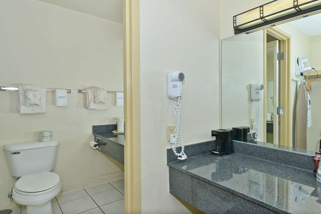 Best Western Prairie Inn & Conference Center - Guest Bathroom