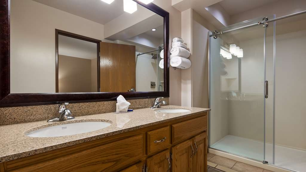 Best Western Lorson Inn - Enjoy the marble showers in some of our Suites.