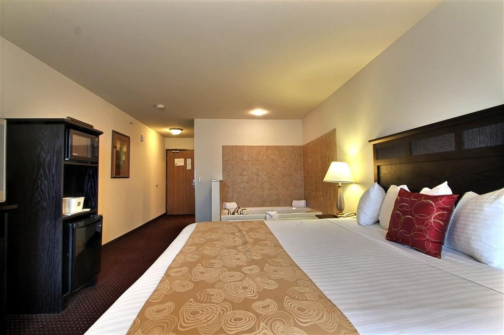 Best Western Legacy Inn & Suites Beloit-South Beloit - Chambre de la suite avec bain bouillonnant