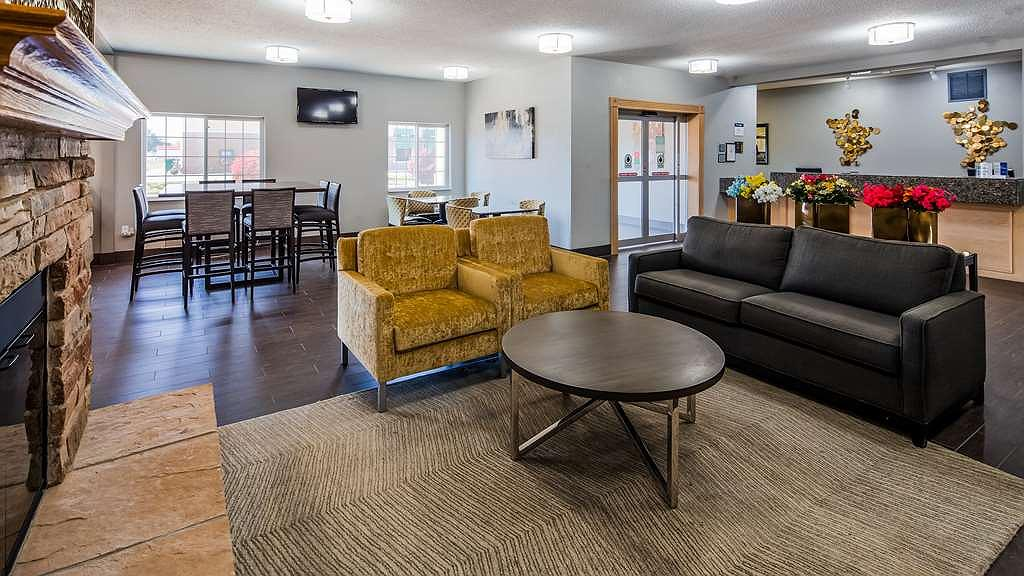 Best Western Macomb Inn - Come and enjoy our cozy lobby, offering a place to socialize with other guests or members of your party.