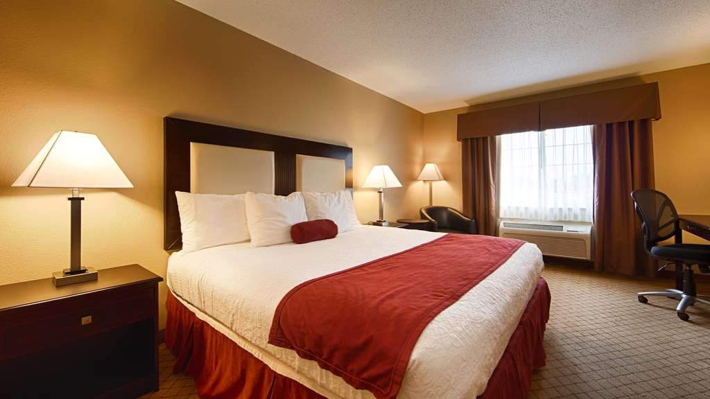 Best Western Macomb Inn - Our spacious King or Queen Guest Rooms have all the comforts of home at your fingertips.
