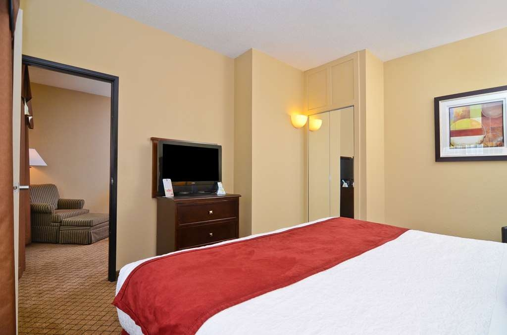 Best Western Macomb Inn - Our spacious King Suite gives you the option of more privacy, and more work space.