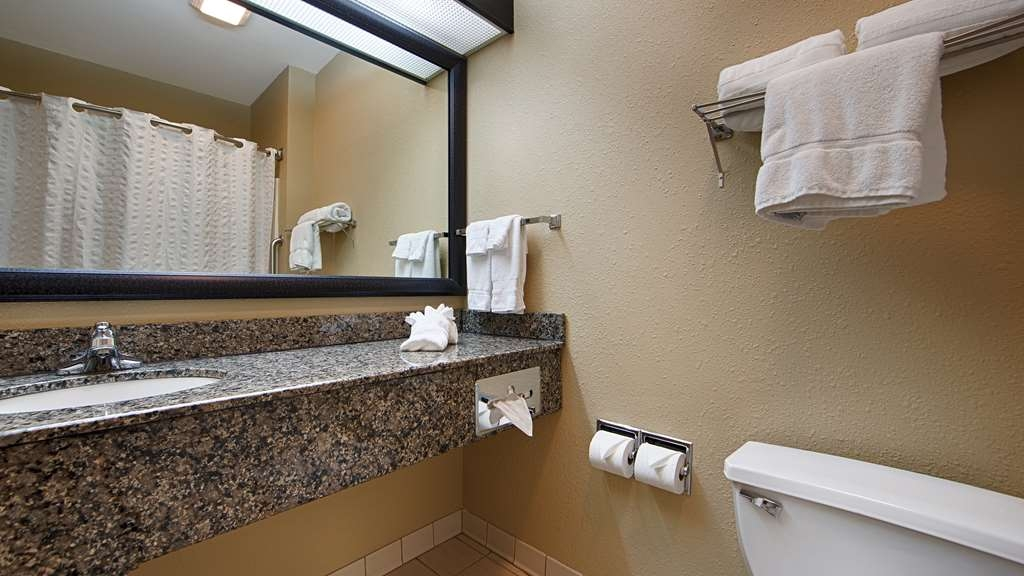 Best Western Macomb Inn - All bathrooms are fully equipped with fresh towels and soap for a convenient stay.