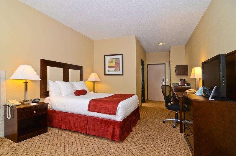 Best Western Macomb Inn - A kitchenette is included in all suites, featuring a wet bar, mini refrigerator, microwave and coffee maker.
