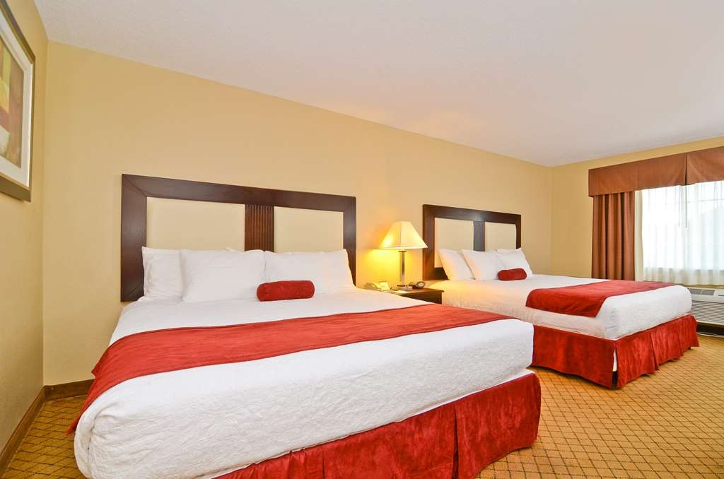Best Western Macomb Inn - At the end of a long day, relax in our clean, fresh Two Kings Guest Room.