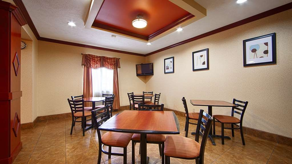 Best Western Lincoln Inn - Choose from a wide selection of seating to enjoy your morning meal.
