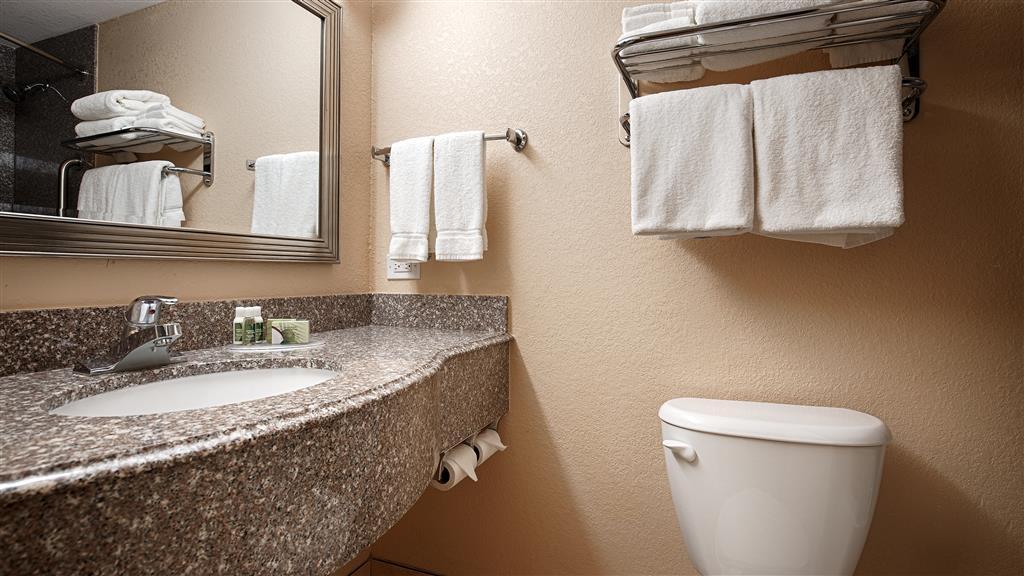 Best Western Plus Parkway Hotel - Toutes les salles de bains disposent d'un très grand lavabo offrant assez de place pour pouvoir y poser vos affaires de toilette.