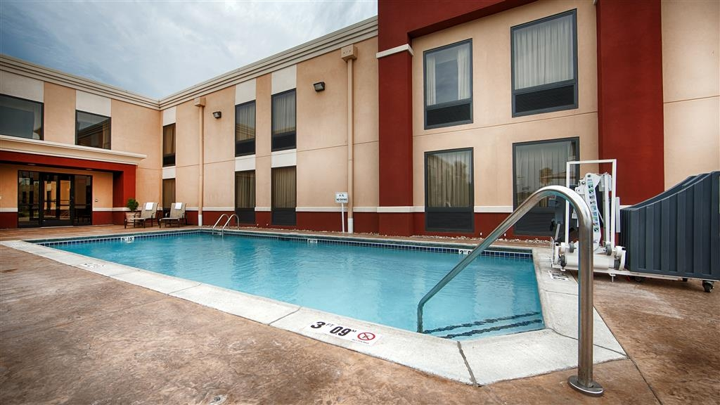 Best Western Plus Parkway Hotel - Whether you want to relax poolside or take a dip our outdoor pool area is the perfect to unwind.