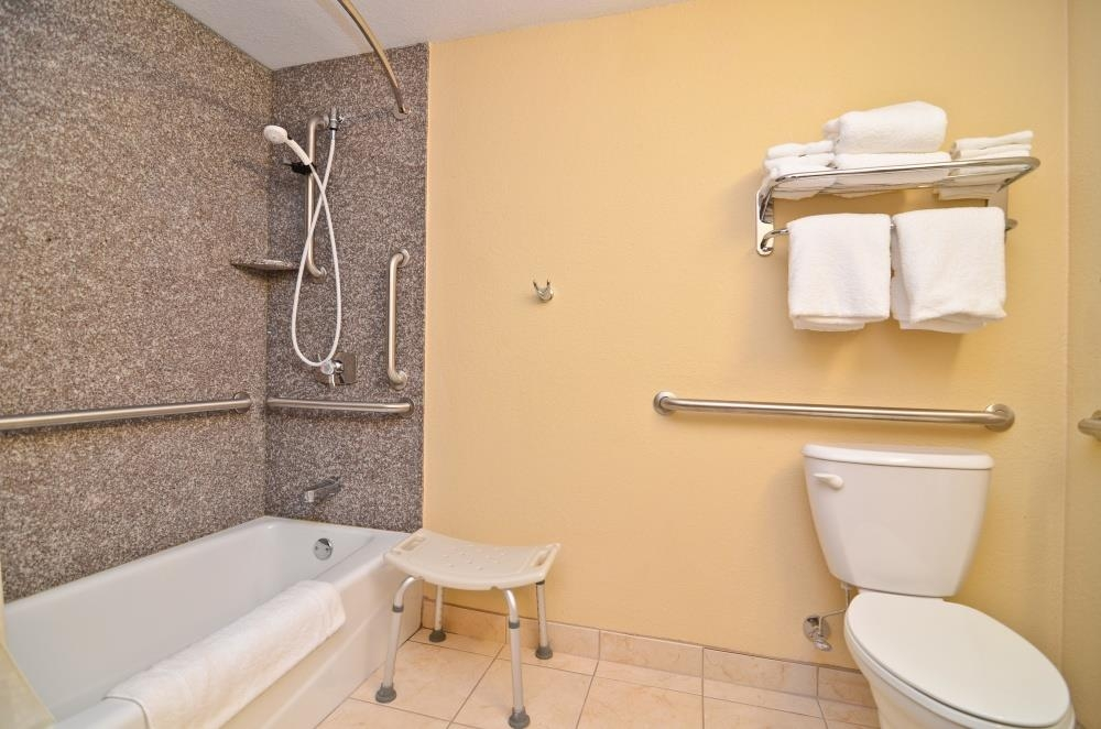 Best Western Plus Parkway Hotel - Bagno accessibile con sedia a rotelle