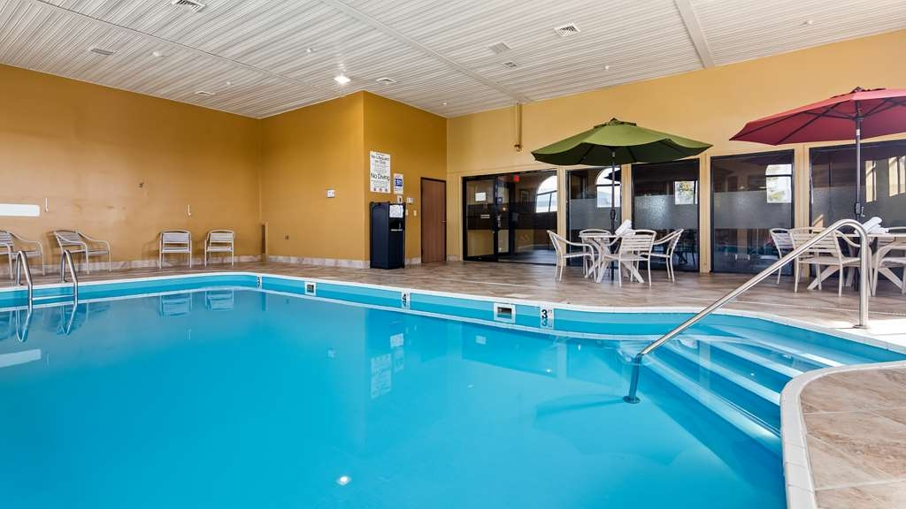 Best Western Saluki Inn - Don't let the weather stop you from jumping in. Our indoor pool is heated year-round for you and your friends.