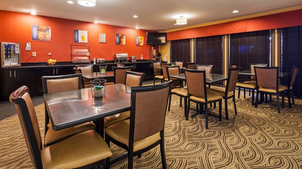 Best Western Saluki Inn - Enjoy a balanced and delicious breakfast with choices for everyone.