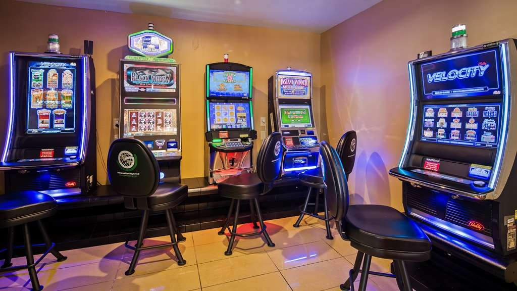 Best Western Saluki Inn - Our on-site cocktail lounge, Manny's, is available for drinks and video gaming daily. Contact the hotel for hours and specials!